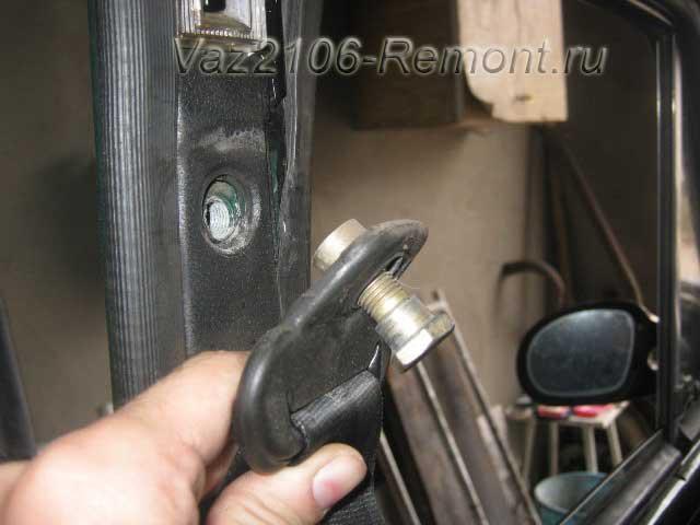 снятие верхнего крепления переднего ремня безопасности на ВАЗ 2106