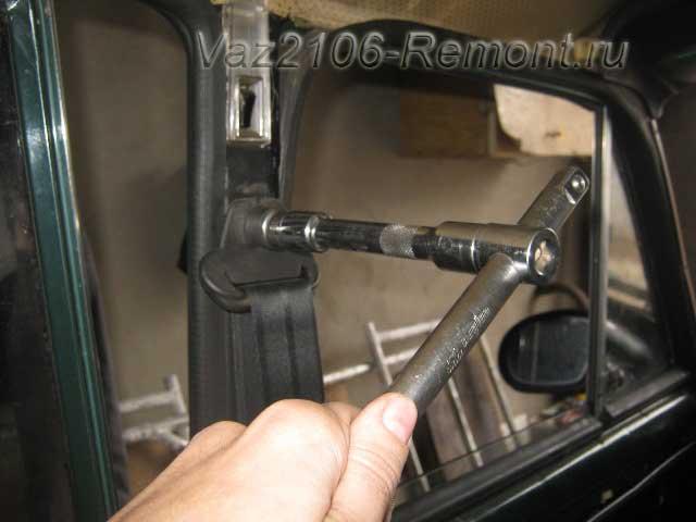 откручиваем верхний болт крепления ремней безопасности на ВАЗ 2106