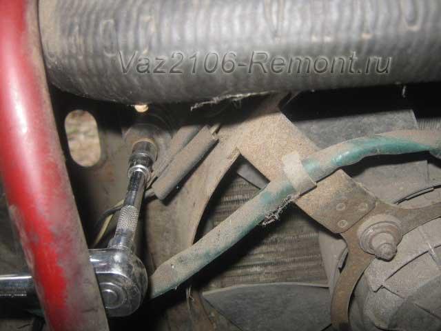 верхнее крепление вентилятора радиатора на ВАЗ 2106