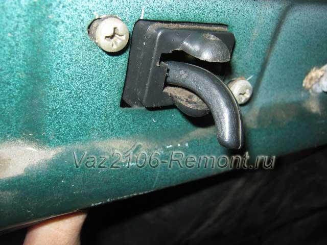 продеваем вовнутрь рукоятку открывания двери ВАЗ 2106