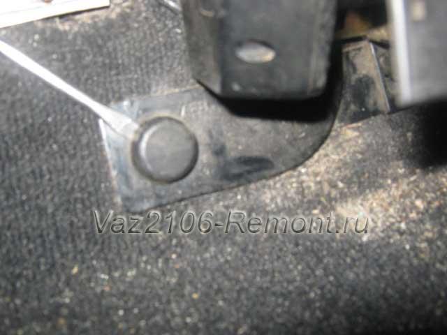 заглушка нижнего крепления ремня безопасности на ВАЗ 2106