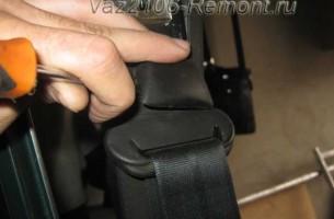 снятие заглушки гайки ремня безопасности на ВАЗ 2106