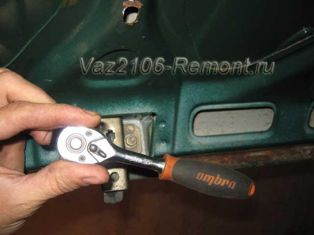 откручивание замка багажника на ВАЗ 2106