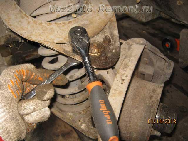 откручиваем три гайки крепления шаровой опоры к рычагу на ВАЗ 2106