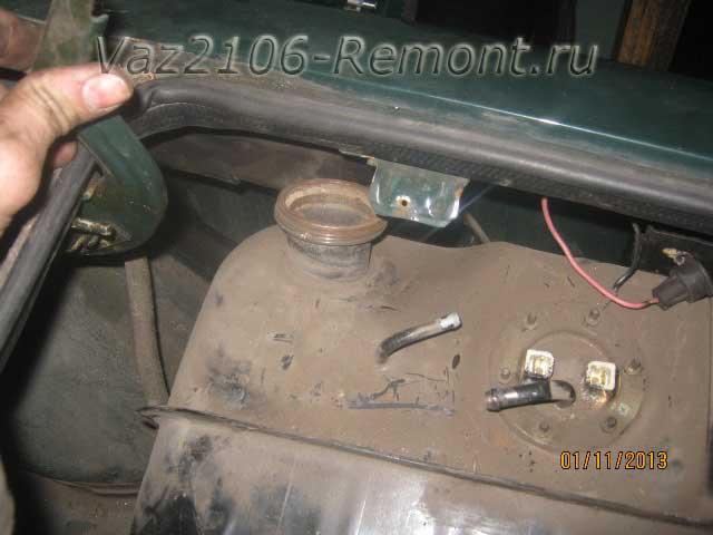 отводим бак в сторону для удобства снятия на ВАЗ 2106