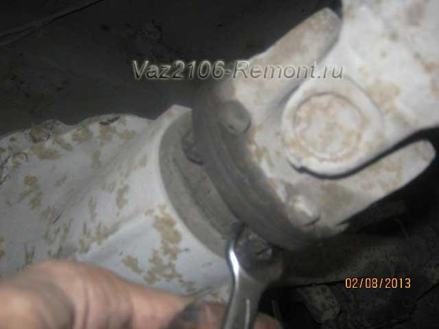 Снятие карданного вала откручиваем болты крепления