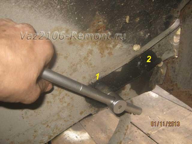 откручиваем болты крепления кронштейна переднего бампера на ВАЗ 2106