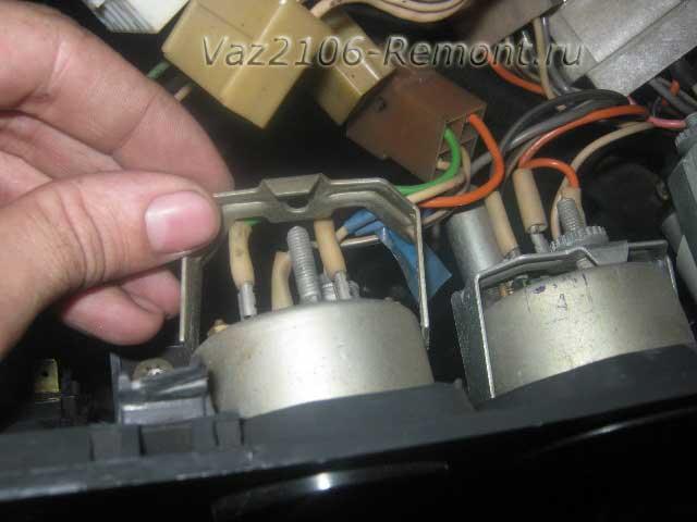 открутить крепление указателя температуры на ВАЗ 2106