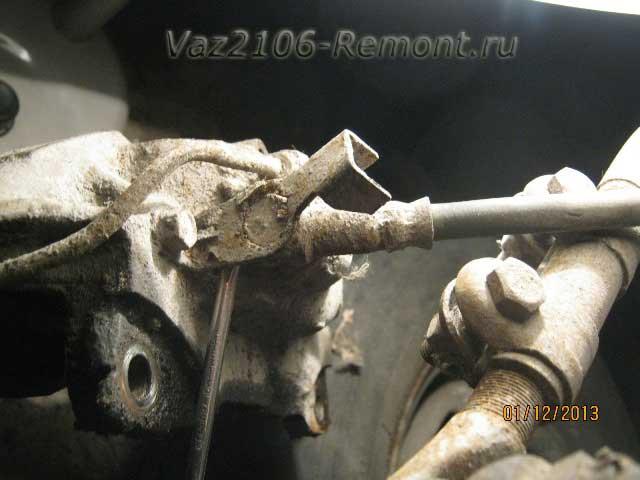 отгибаем стопорную пластину болта тормозного шланга переднего колеса на ВАЗ 2106