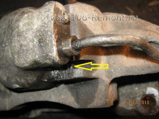 нажимаем отверткой на фиксатор тормозного цилиндра на ВАЗ 2106