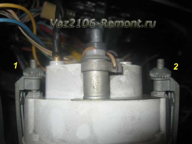 открутить крепление спидометра на ВАЗ 2106