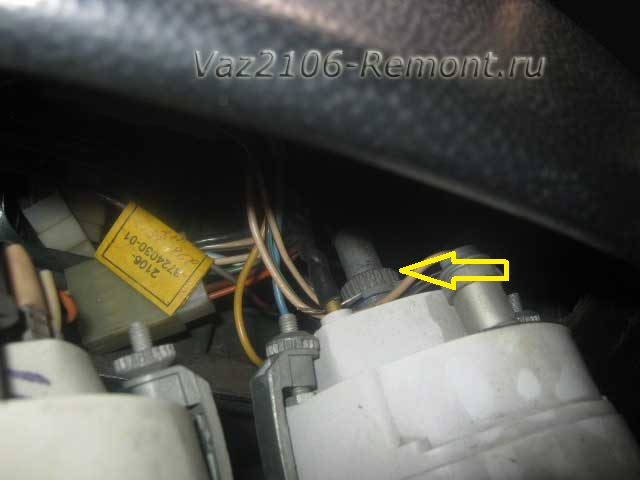 открутить гайку крепления спидометра на ВАЗ 2106