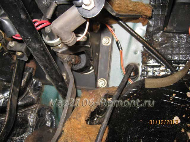 откидываем ворс и утеплитель салона для снятия вакуума на ВАЗ 2106