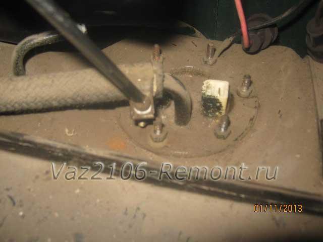 ослабление хомута шланга на топливном баке ВАЗ 2106