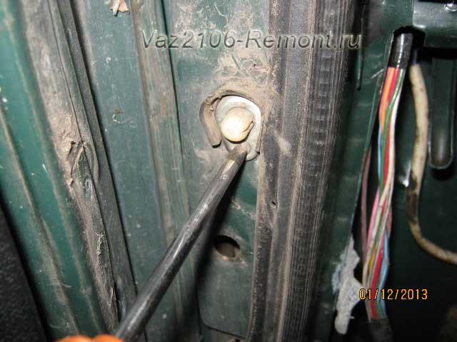 открутить концевик из двери на ВАЗ 2106