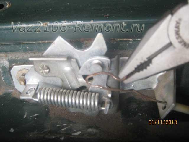 снятие троса привода замка капота на ВАЗ 2106