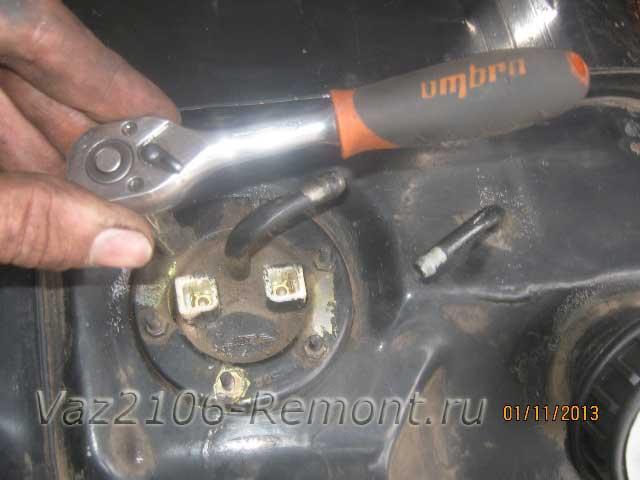 откручиваем гайки крепления датчика уровня топлива на ВАЗ 2106