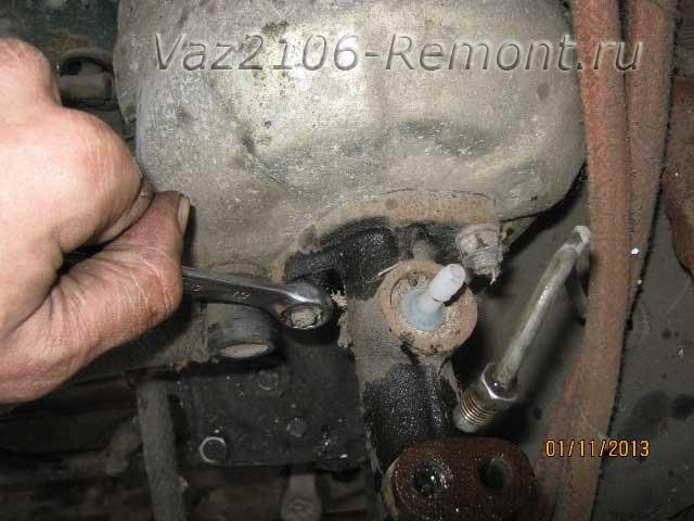 откручивание гайки тормозного цилиндра на ВАЗ 2106