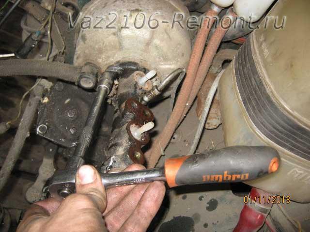 снятие главного тормозного цилиндра на ВАЗ 2106