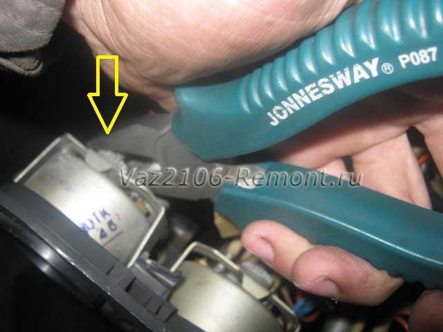 откручиваем крепление указателя уровня топлива на ВАЗ 2106