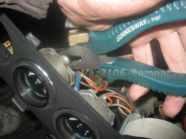 крепление указателя температуры двигателя на ВАЗ 2106