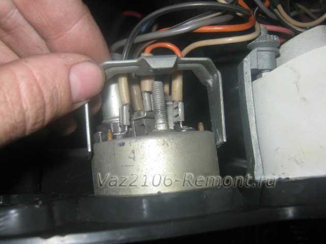 зажим датчика аварийного давления масла на ВАЗ 2106