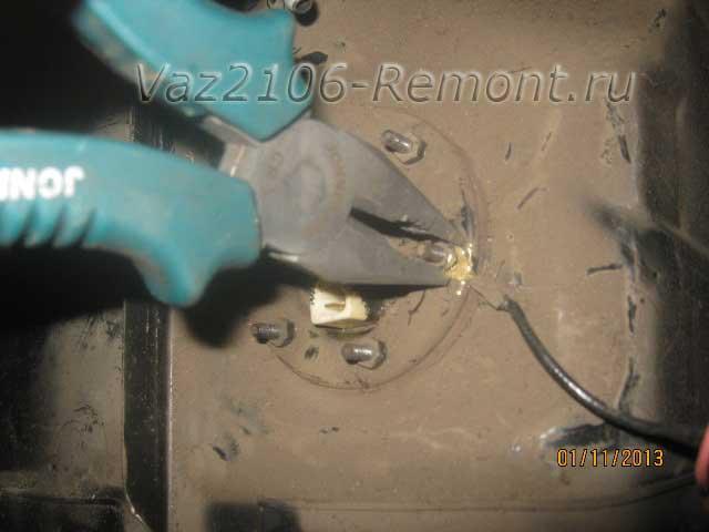 отсоединяем минусовой провод от ДУТ на ВАЗ 2106