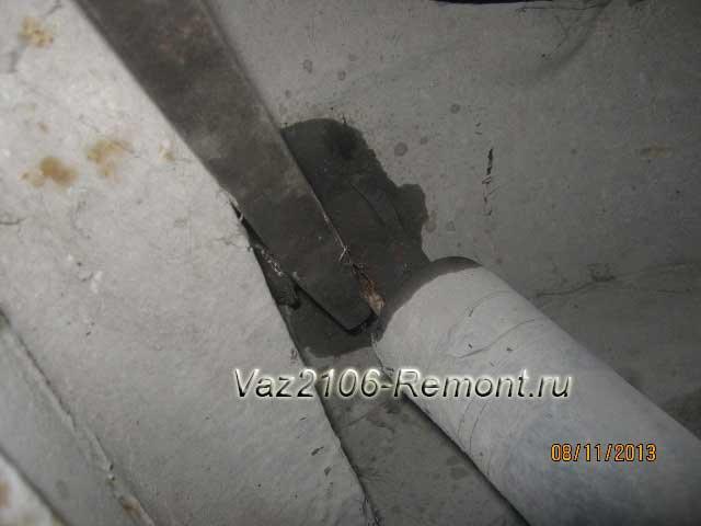 монтировкой поддеваем амортизатор для снятия на ВАЗ 2106