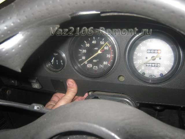 извлечение накладки панели щитка приборов на ВАЗ 2106