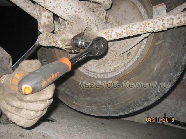 откручиваем нижний болт крепления амортизаторов на ВАЗ 2106