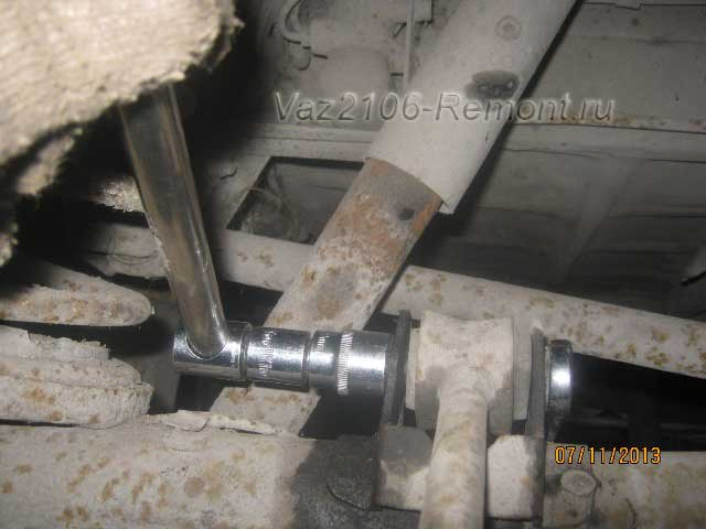 откручиваем нижнюю гайку крепления реактивной тяги на ВАЗ 2106