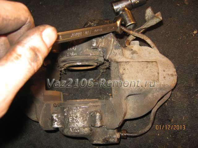 как открутить тормозные трубки на ВАЗ 2106