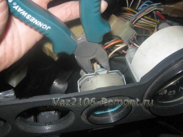 откручиваем гайку крепления указателя давления масла на ВАЗ 2106