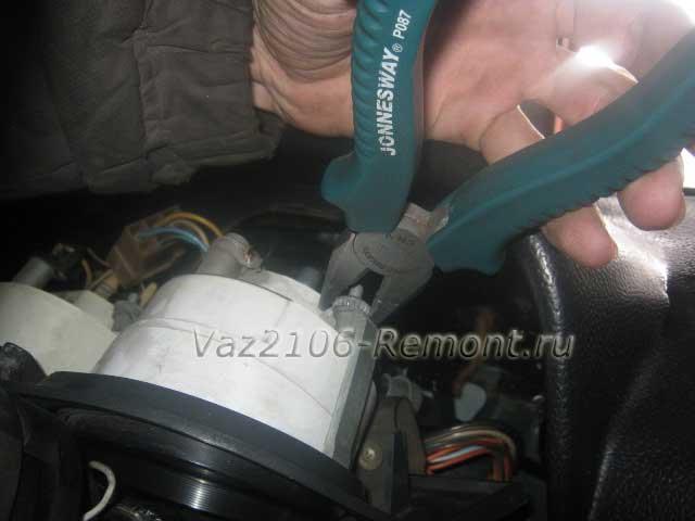 открутить гайки креплений спидометра на ВАЗ 2106