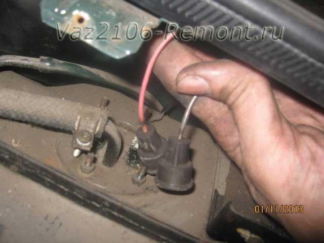 как отсоединить провода от датчика уровня топлива на ВАЗ 2106