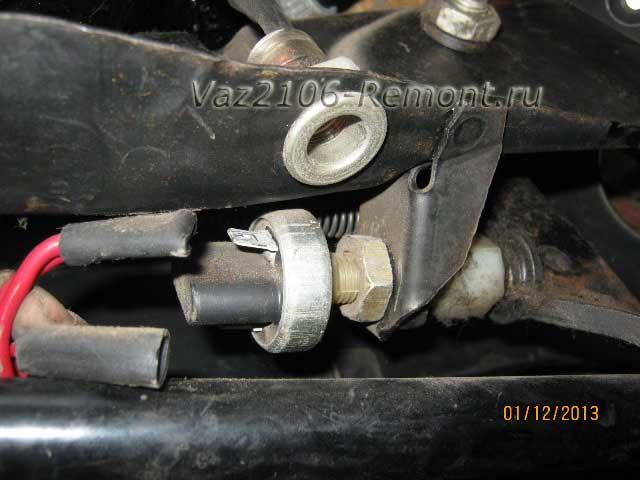 отсоединить провода от лягушки стоп-сигнала на ВАЗ 2106