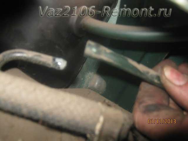 снять вентиляционный шланг топливного бака на ВАЗ 2106