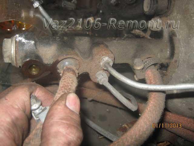 снятие тормозных шлангов с главного цилиндра на ВАЗ 2106