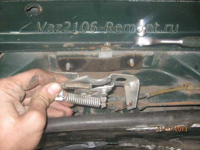 снятие и установка замка капота на ВАЗ 2106