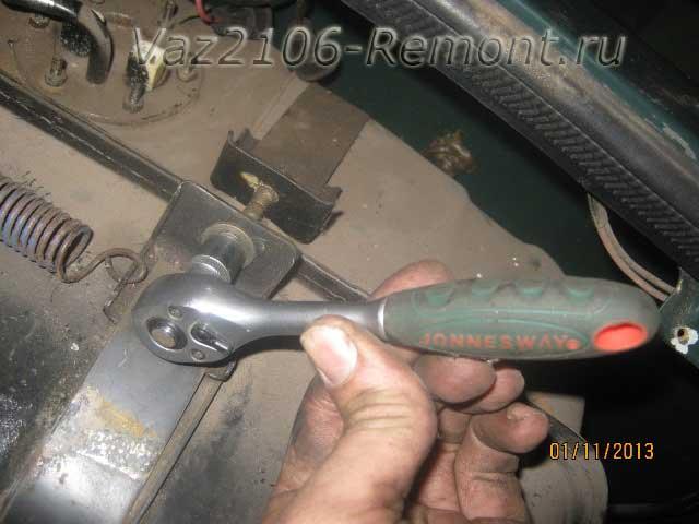откручиваем крепление бака на ВАЗ 2106