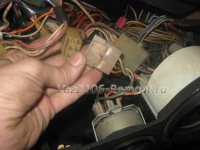 отсоединить штекер от указателя аварийного давления масла на ВАЗ 2106