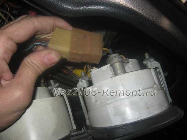 отсоединение штекера спидометра на ВАЗ 2106