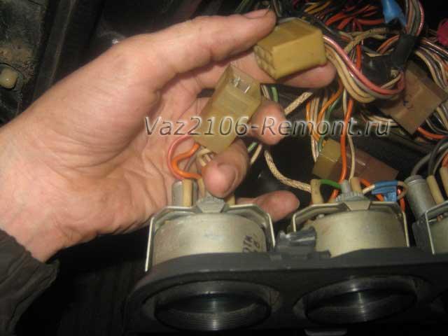 отключение штекера питания от указателя уровня топлива на ВАЗ 2106