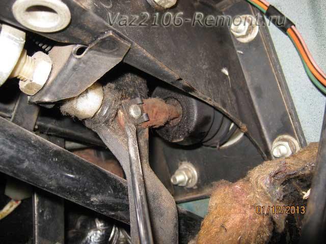 поддеть стопорную шайбу педали тормоза и вакуума на ВАЗ 2106