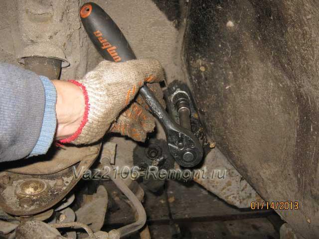 трещоткой отворачиваем болты крепления рулевой колонки на ВАЗ 2106