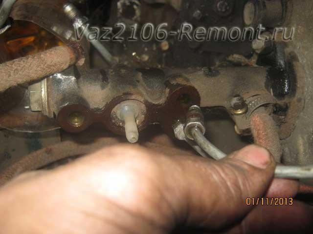 извлечение тормозных трубок из главного цилиндра на ВАЗ 2106