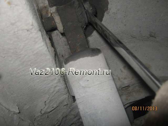 открутить верхнюю гайку крепления амортизатора на ВАЗ 2106