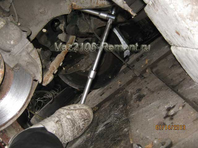 откручиваем рулевую колонку на ВАЗ 2106