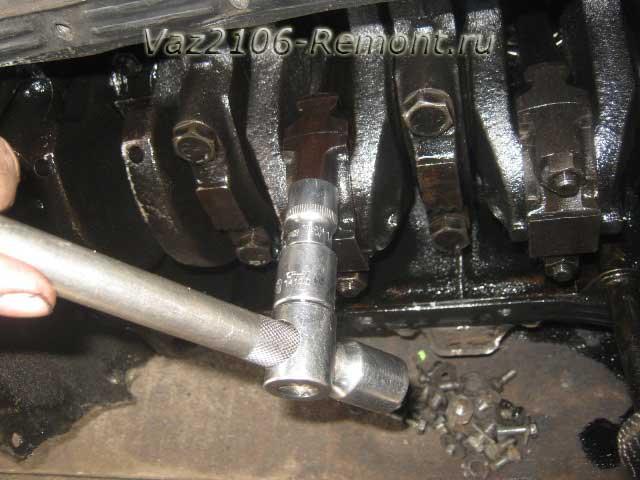 откручиваем гайки крепления крышки шатуна на ВАЗ 2106