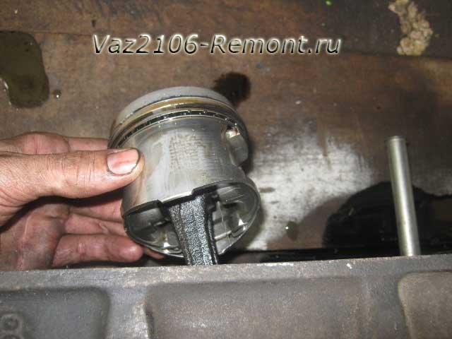 вынимаем поршень из цилиндра  на ВАЗ 2106